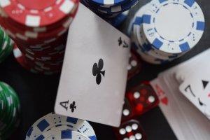 fichas y dados de casino online