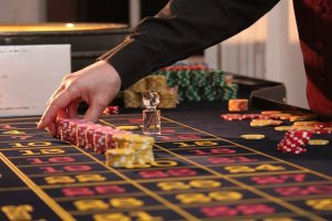 crupier de ruleta de casino en vivo
