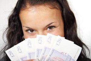 mujer con dinero real para apuestas en casinos online