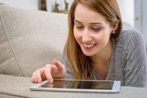 mujer jugando a la ruleta online en tablet